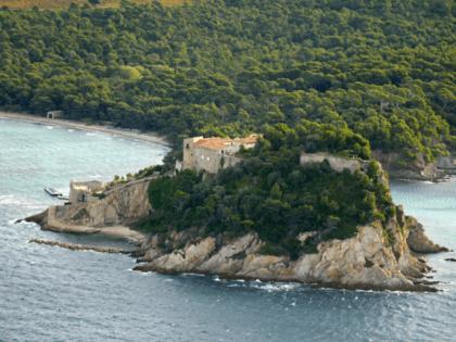 Vue aérienne prise le 17 mai 2007 du fort de Brégançon sur une presqu'île rocheuse de 35 mètres d'altitude située sur la commune de Bormes-les-Mimosas à l'extrémité est de la rade d'Hyères. L'épouse du président Nicolas Sarkozy, Cécilia, est attendue ce jour au fort de Brégançon, résidence officielle du chef …