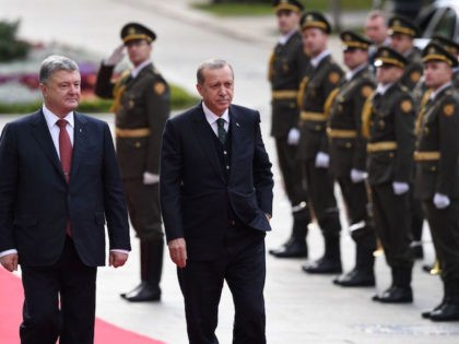 Ukrainian President Petro Poroshenko (L) welcomes his Turkish counterpart Recep Tayyip Erdogan (R) as they review the guard of honour during a welcome ceremony ahead of a the meeting in Kiev on October 9, 2017. / AFP PHOTO / Sergei SUPINSKY (Photo credit should read SERGEI SUPINSKY/AFP/Getty Images)