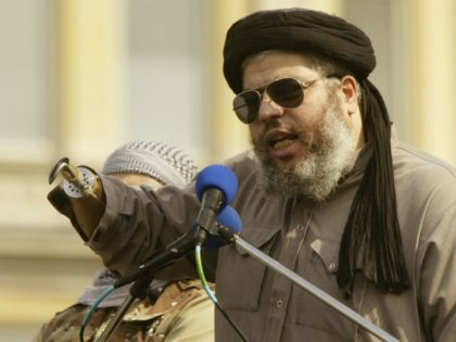 LONDON - AUGUST 25: Islamic cleric Abu Hamza speaks during the Rally for Islam August 25,2002 at Trafalgar Square in London, United Kingdom. The rally was organized by the Islamic group Al-Muhajiroun. (Photo by Scott Barbour/Getty Images)