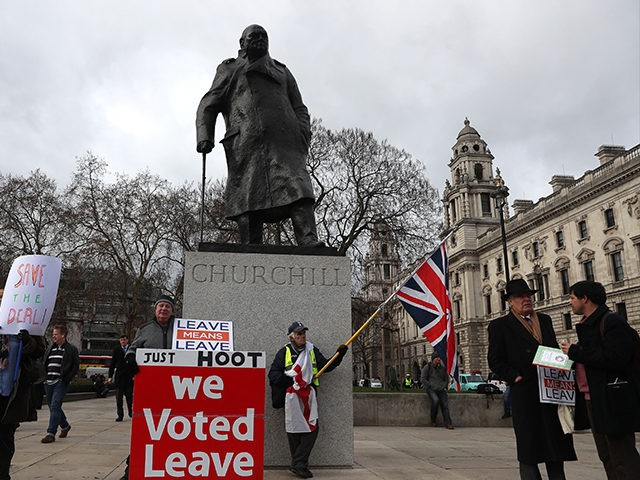 Pro-Brexit campaigners protest outside Parliament on January 15, 2019 in central London. - Parliament is to finally vote today on whether to support or vote against the agreement struck between Prime Minister Theresa May's government and the European Union. (Photo by Daniel LEAL-OLIVAS / AFP) (Photo credit should read DANIEL …