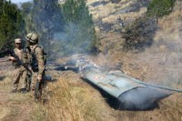 TOPSHOT - Pakistani soldiers stand next to what Pakistan says is the wreckage of an Indian fighter jet shot down in Pakistan controled Kashmir at Somani area in Bhimbar district near the Line of Control on February 27, 2019. - Pakistan said on February 27 it shot down two Indian …
