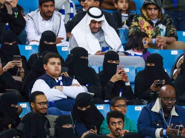 Saudi women using Apple iPhones