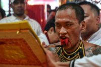 Indonesia caps Lunar New Year with bloody tongues, lion dances