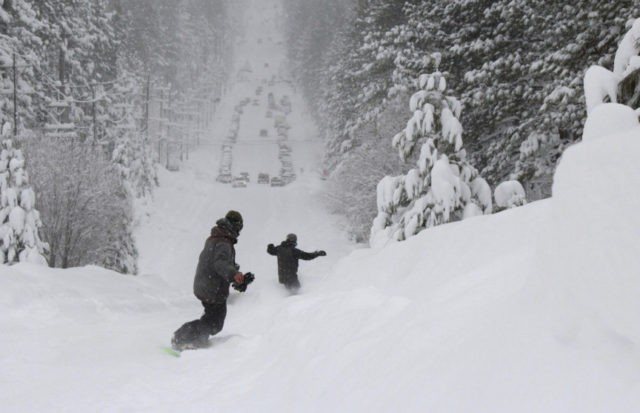 Snow too thick to plow keeps skiers from California resorts