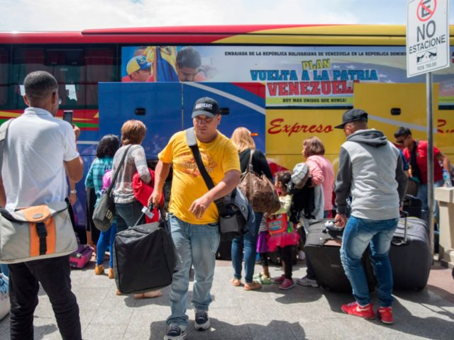 Venezuelans arrive at the Santo Domingo airport waiting to return to Venezuela, they are part of the first group of about 80 Venezuelans who had emigrated to the Dominican Republic to flee the economic crisis of their country they left on Saturday back to Venezuela in a flight financed by …