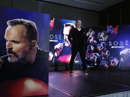 """El cantautor español Miguel Bosé presenta su álbum """"Bosé MTV Unplugged"""" durante una conferencia de prensa en la Ciudad de México el miércoles 12 de octubre de 2016. (Foto AP/Marco Ugarte)"""