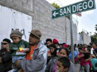 DHS: '100 %' Border Crossers with Children Being Released into U.S., Given Work Permits