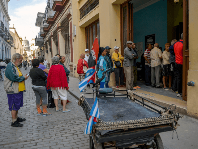 Cubans line up to buy food in Havana, on April 4, 2019. - A drastic reduction in the circulation of Cuban state newspapers this week, awaken the spectre of the 90s crisis, amid the shortage of basic goods, the bad news from Venezuela and the tightening of the US blockade. …