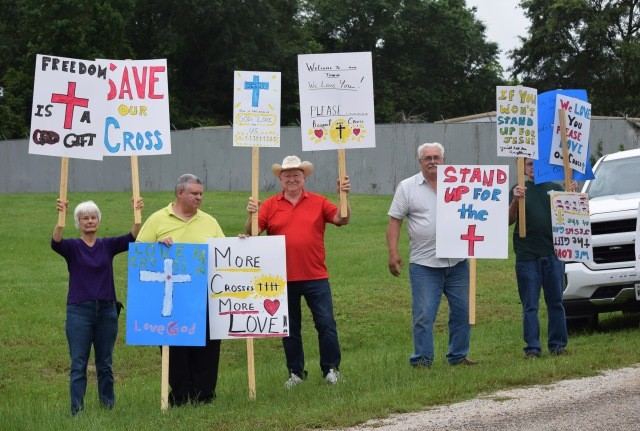 San Jacinto County residents stand in support of the county's display of crosses on the courthouse. (Photo: Lana Shadwick/Breitbart News)