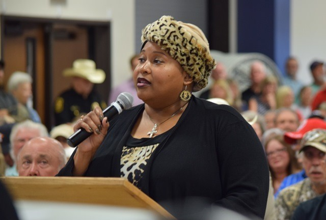 San Jacinto County resident Cloresa Porter speaks to commissioners supporting the display of the crosses. (Photo: Lana Shadwick/Breitbart News)