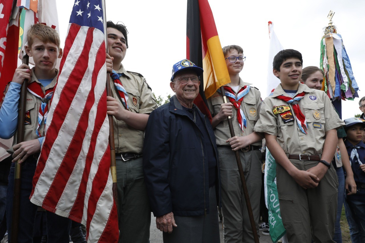 Veteran Ralph G Dionne, former flight engineer of the Airlift 54Fleet, poses with members of the Boy Scouts of America during during a ceremony at the Tempelhofer Feld, a former airfield in Berlin, on May 11, 2019. - The Berlin Braves sports club dedicated their baseball and softball fields to former Berlin airlift pilot Gail Halvorsen on the sidelines of the 70th anniversary of the end of the Berlin airlift, a spectacular humanitarian rescue mission amid the first major Cold War crisis between the West and Soviet Union. (Photo by MICHELE TANTUSSI / AFP) (Photo credit should read MICHELE TANTUSSI/AFP/Getty Images)