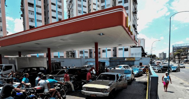 Line for Gasoline in Venezuela Attracts 700 People by Dawn