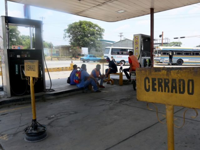 BARQUISIMETO, VENEZUELA - APRIL 29: Workers and customers of a petrol station talk as the service is interrupted during to petrols shortage on April 29, 2019 in Barquisimeto, Venezuela. (Photo by Edilzon Gamez/Getty Images)