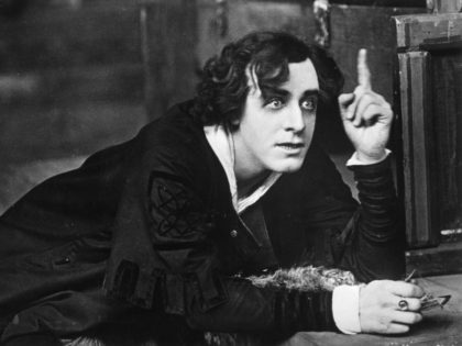 circa 1910: Matheson Lang (1879 - 1948) as Hamlet inaugurates the Shakespeare seasons at the Old Vic in London. (Photo by Hulton Archive/Getty Images)