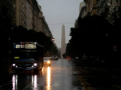 TOPSHOT - Photo released by Noticias Argentinas showing downtown Buenos Aires on June 16, 2019 during a power cut. - A massive outage blacked out Argentina and Uruguay Sunday, leaving both South American countries without electricity, power companies said. (Photo by Juan VARGAS / AFP) / Argentina OUT / RESTRICTED …