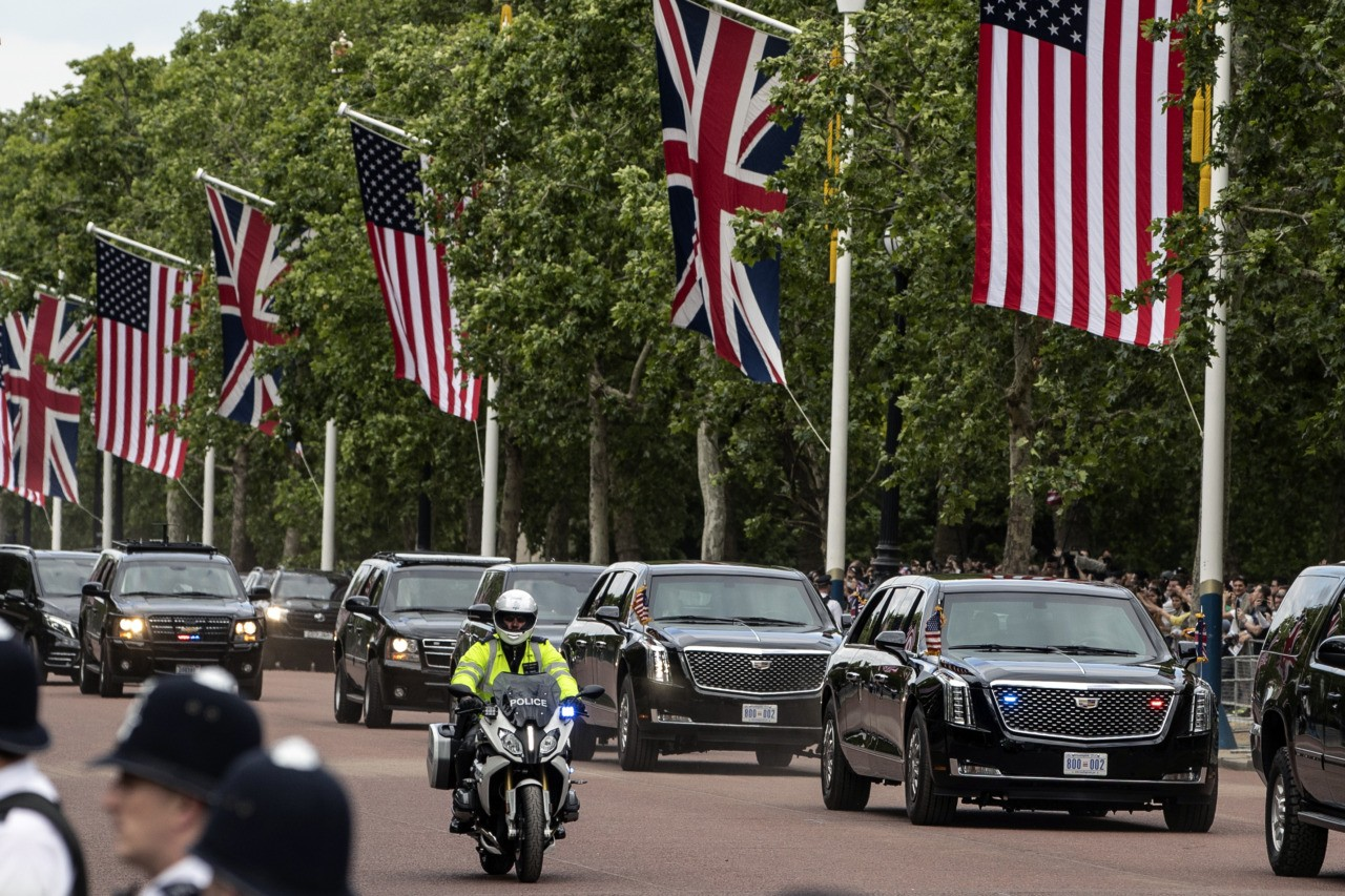 LONDON, ENGLAND - JUNE 03: The Presidential motorcade carrying US President Donald Trump makes its way down the Mall to Buckingham Palace after a visit to Clarence House on June 3, 2019 in London, England. President Trump's three-day state visit will include lunch with the Queen, and a State Banquet at Buckingham Palace, as well as business meetings with the Prime Minister and the Duke of York, before travelling to Portsmouth to mark the 75th anniversary of the D-Day landings. (Photo by Dan Kitwood/Getty Images)