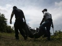 Mexican police carry body. (© AFP/File Pedro Pardo)