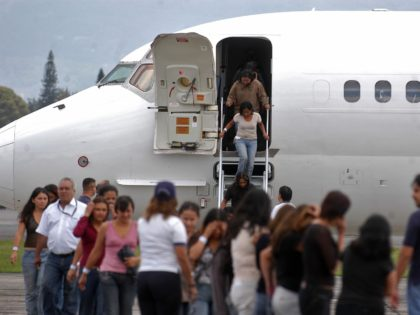 CIUDAD DE GUATEMALA, GUATEMALA: Guatemalan migrants get off a Guatemalan Air Force plane that brought them back from the US after being deported for trying to enter the country illegally, 09 June 2007, in Guatemala City. A total of 240 Guatemalans with no identity papers were deported and taken back …