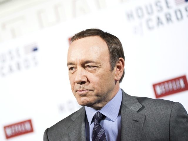 """WASHINGTON, DC - JANUARY 29: Kevin Spacey speaks with members of the press on the red carpet during the Netflix's """"House Of Cards"""" Washington DC Screening at NEWSEUM on January 29, 2013 in Washington, DC. (Photo by Kris Connor/Getty Images)"""