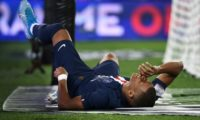 Cavani, Mbappe injured as PSG's problems pile up despite win