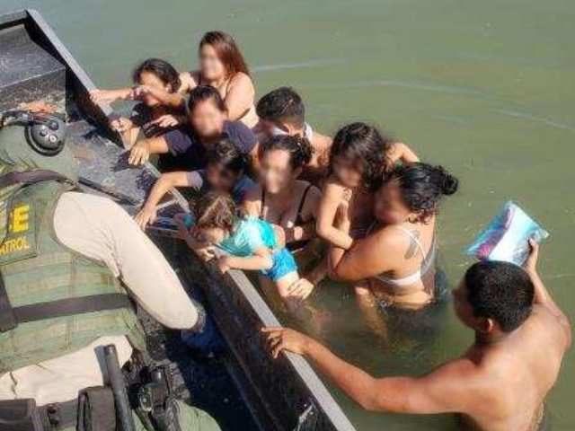 Del Rio Sector Border Patrol agents rescue 13 Honduran migrants, including six children from the Rio Grande near Eagle Pass, Texas. (Photo: U.S. Border Patrol/Del Rio Sector)