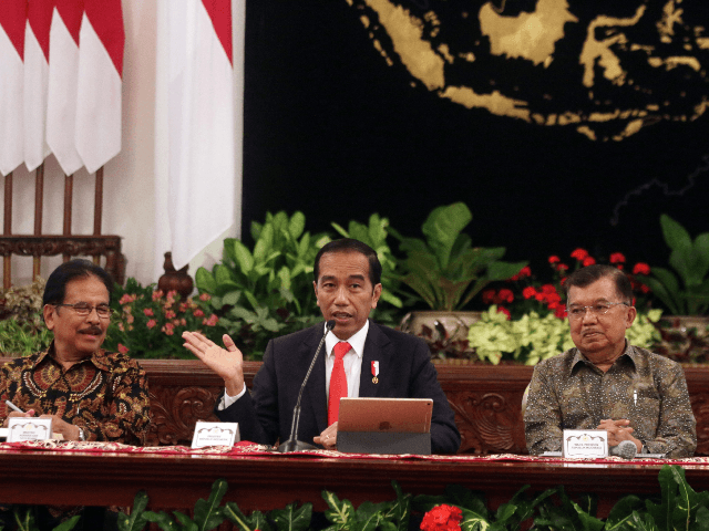 Indonesian President Joko Widodo (C) gestures next to Vice President Jusuf Kalla (R) and Minister of Agriculture and Land-Planning Sofyan Djalil (L) during a press conference about the new capital, at the presidential palace in Jakarta on August 26, 2019. - Indonesia has chosen the eastern edge of jungle-clad Borneo …