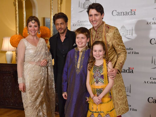 Canadian Prime Minister Justin Trudeau (R), his wife Sophie Grégoire Trudeau (L), daughter Ella-Grace (2R) and son Xavier James (3R) pose for a photograph with Bollywood actor Shahrukh Khan in Mumbai on February 20, 2018. Trudeau and his family are visiting India on a week-long official trip. / AFP PHOTO / INDRANIL MUKHERJEE (Photo credit should read INDRANIL MUKHERJEE/AFP/Getty Images)