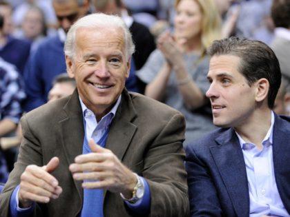 Fotografía de archivo del 30 de enero de 2010 muestra al vicepresidente Joe Biden con su hijo Hunter, durante un juego de baloncesto universitario de Duke Georgetown, en Washington. (Foto AP/Nick Wass, archivo)