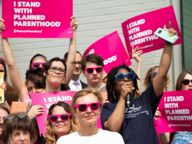 Kawanna Shannon(2R), director of surgical services for Planned Parenthood in St. Louis, speaks alongside pro-choice supporters as they hold a rally outside the Planned Parenthood Reproductive Health Services Center in St. Louis, Missouri, May 31, 2019, the last location in the state performing abortions. - A US Court on May …