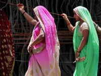 """TOPSHOT - Married Indian women perform rituals on a sacred Banyan tree on the occasion of """"Vat Savitri Puja"""" festival, in Jabalpur on June 3, 2019. - The """"Vat Savitri Puja"""" festival is an auspicious day in Hinduism when married women observe fast and pray for their husband's health and …"""
