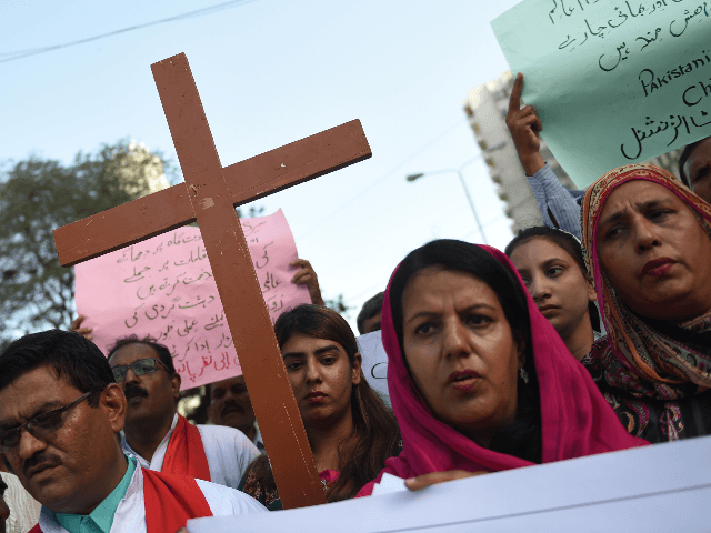 Pakistani Christians hold placards and cross during a protest in Karachi on April 27, 2019, against the suicide bomb attacks in Sri Lanka. - Fifteen people including six children died in a battle between Sri Lankan security forces and suicide bombers who blew themselves up in the latest fallout from …