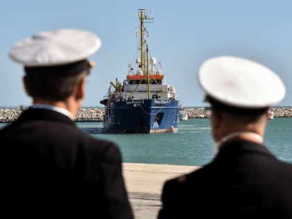 Officiers look at the German NGO Sea Watch3 ship arriving in the Sicilian harbor of Pozzallo. During a shipwreck, five people died, including a newborn child. According to the German NGO Sea-Watch, which has saved 58 migrants, the violent behavior of the Libyan coast guard caused the death of five …