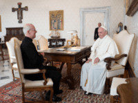 Jesuit Father James Martin, author and editor at large of America magazine, meets in a private audience with Pope Francis on Sept. 30, 2019 (Foto ©Vatican Media)