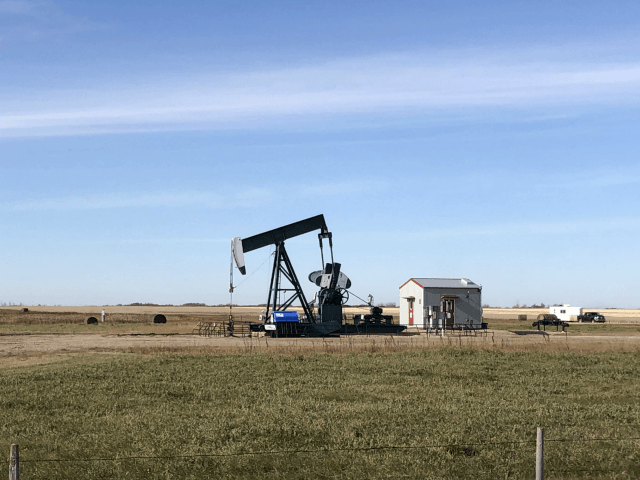 An oil rig is seen in Stoughton, Saskatchewan, Canada on October 20, 2019. - On the eve of Canada's federal elections, Conservatives and Liberals are neck-and-neck in the polls. But in the prairie province of Saskatchewan support for the Tories is steadfast, centered around the fate of the oil and …
