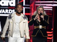 LAS VEGAS, NV - MAY 20: Recording artists John Legend and Kelly Clarkson speak onstage during the 2018 Billboard Music Awards at MGM Grand Garden Arena on May 20, 2018 in Las Vegas, Nevada. (Photo by Ethan Miller/Getty Images)