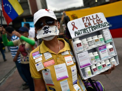 Patients, some HIV-positive, and their relatives protest for the lack of medicines and medical supplies in hospitals, in front of the Health Ministry in Caracas on April 18, 2018. - Patients protested against the health crisis in Venezuela, currently in the midst of a deep economic and political crisis and …