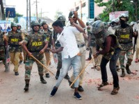 Police clash with a protester during demonstrations against India's new citizenship law in Mangalore on December 19, 2019. - Indian police fired tear gas and detained hundreds of people on December 19 as fresh violence broke out and demonstrators defied bans on assembly, amid growing anger at Prime Minister Narendra …