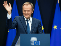 Ex-EU Chief Shares Photo of Himself Making Gun Gesture Behind Trump's Back