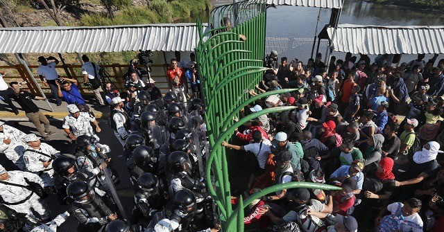 AP 20018653415725 640x335 - Migrants Scuffle with Police as Caravan Reaches Mexico's Southern Border