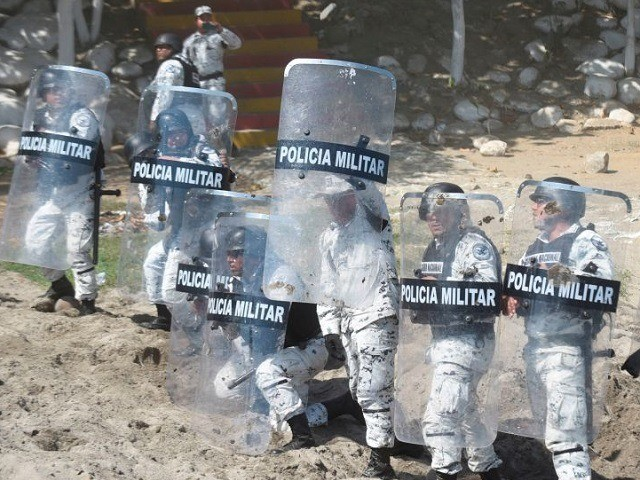 Members of Mexico's National Guard take position as Central American migrants - mostly Hondurans travelling in caravan to the US- crossed the Suchiate River, the natural border between Tecun Uman in Guatemala and Ciudad Hidalgo in Mexico, on January 20, 2020. - Hundreds of Central Americans from a new migrant …