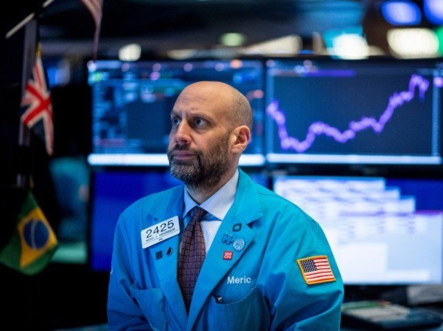 Traders work after the opening bell at the New York Stock Exchange (NYSE) on January 29, 2020 in New York City. - European and US stock markets recovered further Wednesday, as positive Apple earnings and US data offset concerns over the spreading coronavirus that has caused airlines to suspended flights …