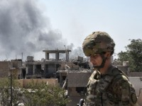 A US soldier advising Iraqi forces is seen in the city of Mosul on June 21, 2017, during the ongoing offensive by Iraqi troops to retake the last district still held by the Islamic State (IS) group. / AFP PHOTO / MOHAMED EL-SHAHED (Photo credit should read MOHAMED EL-SHAHED/AFP via …