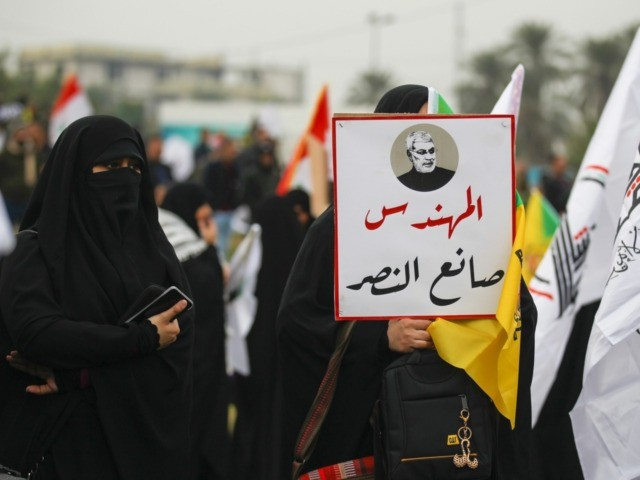 """Supporters of the Hashed al-Shaabi paramilitary force and Iraq's Hezbollah brigades attend the funeral of Iranian military commander Qasem Soleimani (portrait) and Iraqi paramilitary chief Abu Mahdi al-Muhandis in Baghdad's district of al-Jadriya, in Baghdad's high-security Green Zone, on January 4, 2020. - Thousands of Iraqis chanting """"Death to America"""" …"""