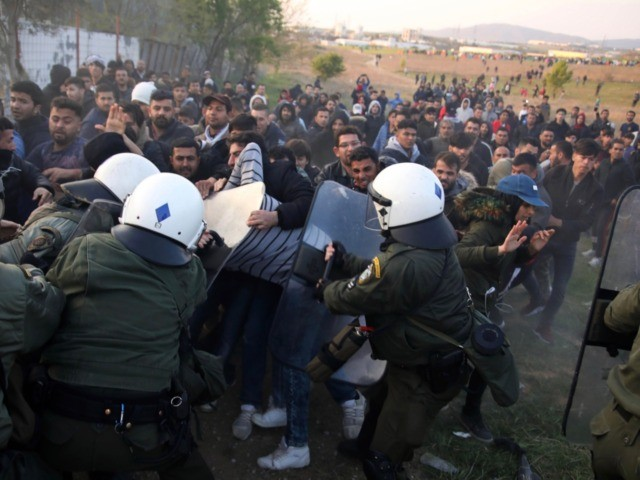 Riot police clashes with migrants outside of a refugee camp in Diavata, a west suburb of Thessaloniki on April 4, 2019. - Hundreds of migrants and refugees gathered following anonymous social media calls to walk until the Northern borders of Greece to pass to Europe. (Photo by Sakis MITROLIDIS / …