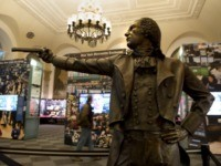 A bronze statue of Alexander Hamilton, appointed the first secretary of the treasury by US President George Washington, in a pose recreating his duel against then US Vice President Aaron Burr on display at the Museum of American Finance December 17, 2013 in New York. Hamilton was mortally wounded in …