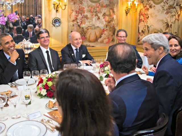 US President Barack Obama (L), US Secretary of State John Kerry (2nd R) and other dignitaries join French President Francois Hollande (3rd R) for a dinner at L'Ambroisie restaurant in Paris, November 30, 2015. AFP PHOTO / JIM WATSON / AFP / JIM WATSON (Photo credit should read JIM WATSON/AFP …
