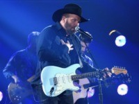 'Freaking Liberal Socialist': Fans Mistake Garth Brooks' Barry Sanders Jersey for Bernie Sanders Endorsement
