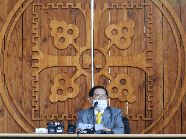 Lee Man-hee, leader of the Shincheonji Church of Jesus, speaks during a press conference at a facility of the church in Gapyeong on March 2, 2020. - The leader of a South Korean sect linked to more than half the country's 4,000-plus coronavirus cases apologised on March 2 for the …