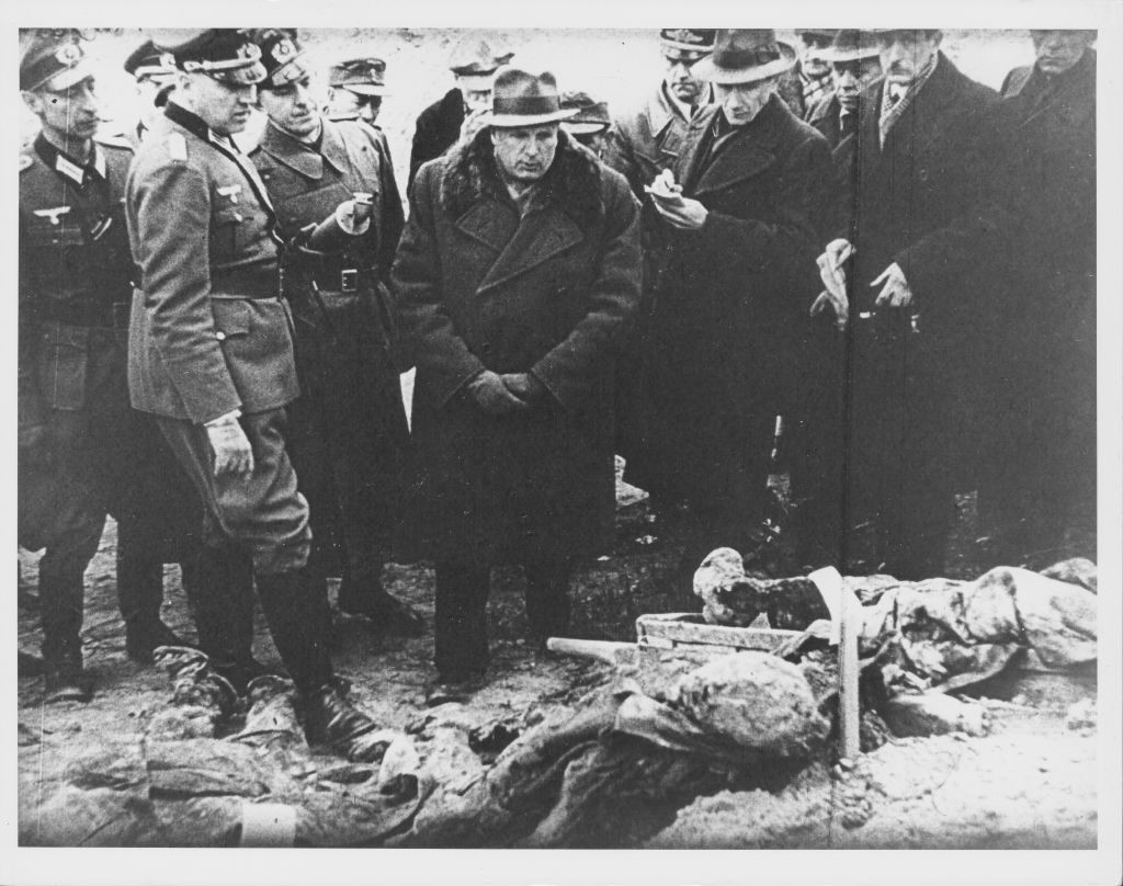 Members of the foreign press and the Katyn Commission watching officials exhume the bodies of the Polish soldiers killed at the Massacre of Katyn during World War Two, Russia, 1943. (Photo by Gabriel Hackett/Archive Photos/Getty Images)