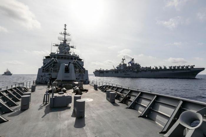 Australian frigate HMAS Parramatta at sea alongside USS America amphibious assault ship (Twitter/Australian Department of Defence)